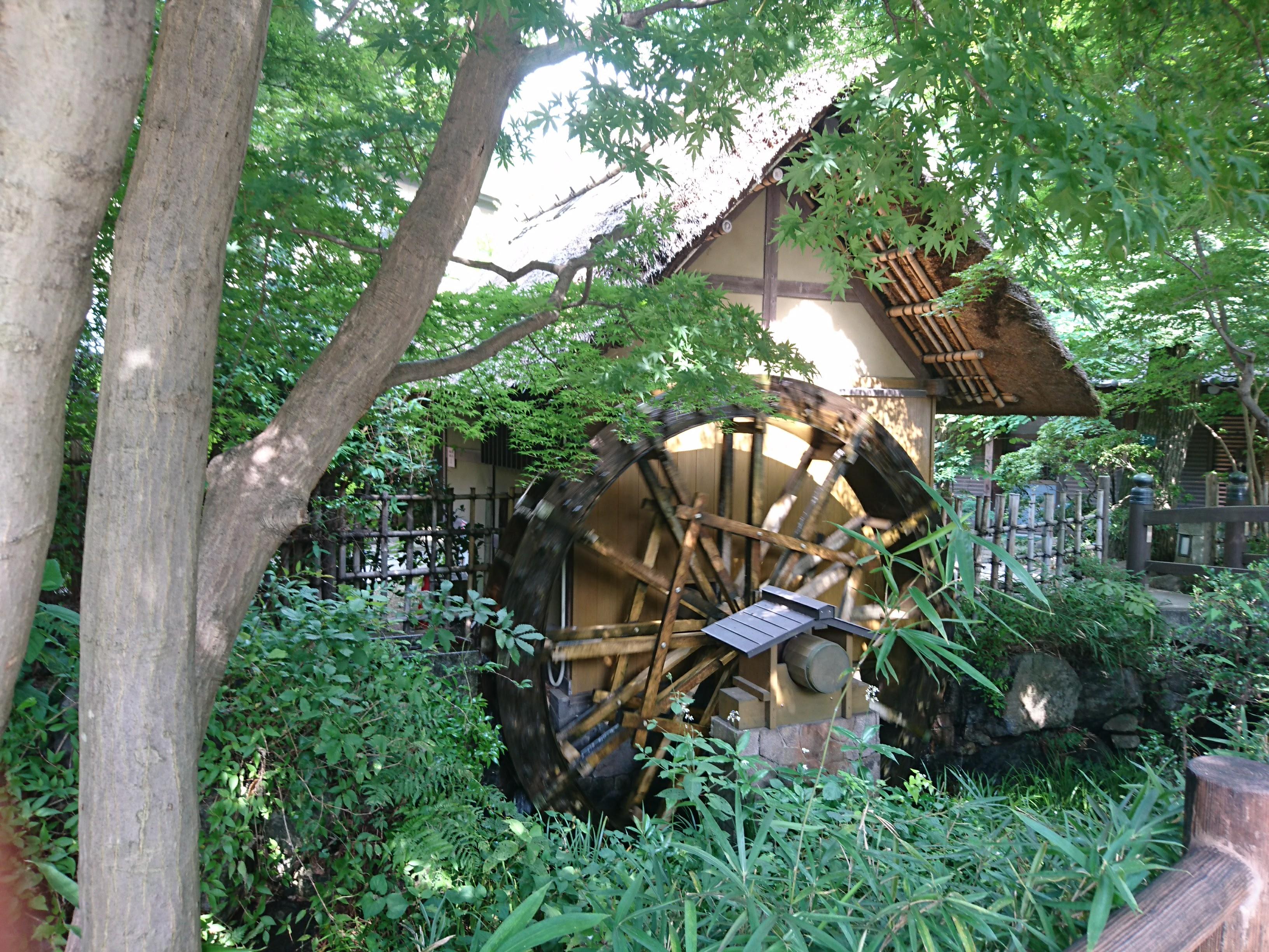 「深大寺入口」下車して深大寺へ向かう道々の風景「水車」