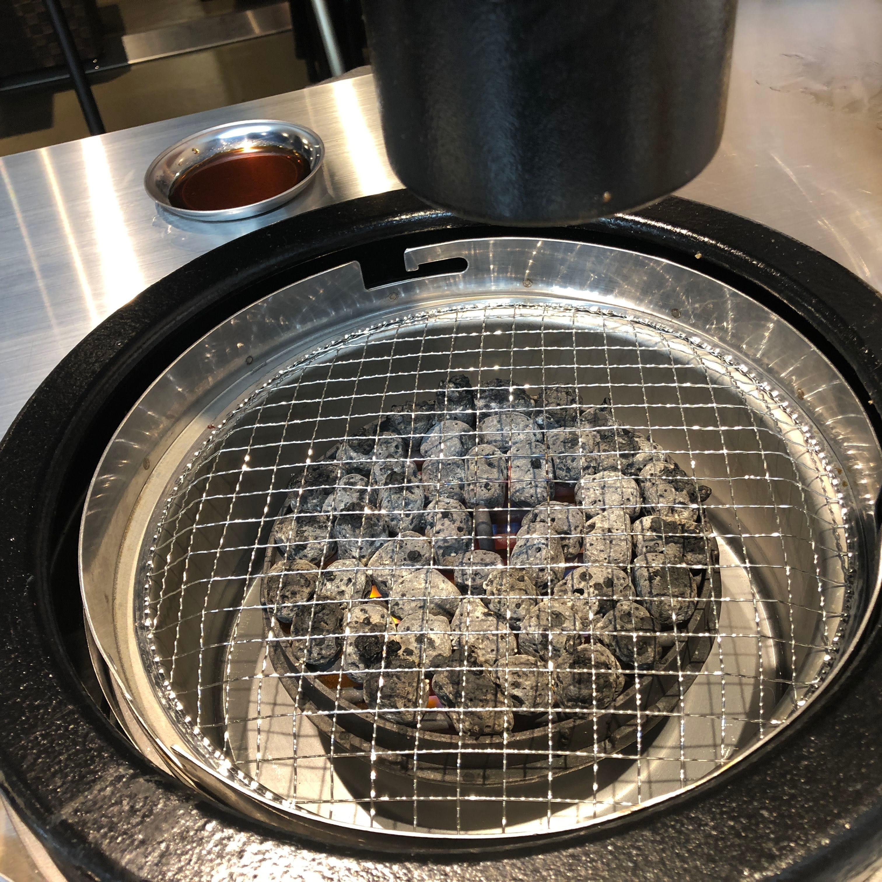 調布「焼肉タイガーアイ」火山岩を使用した焼き網