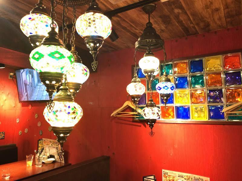 調布「ペコリ」店内(テーブル席と照明)