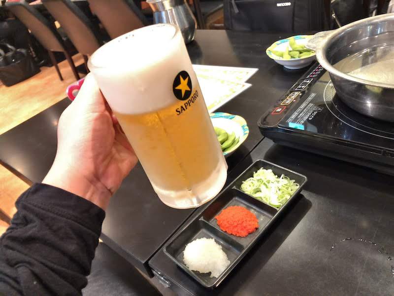 新宿「金の目」お通しの枝豆とビール、薬味