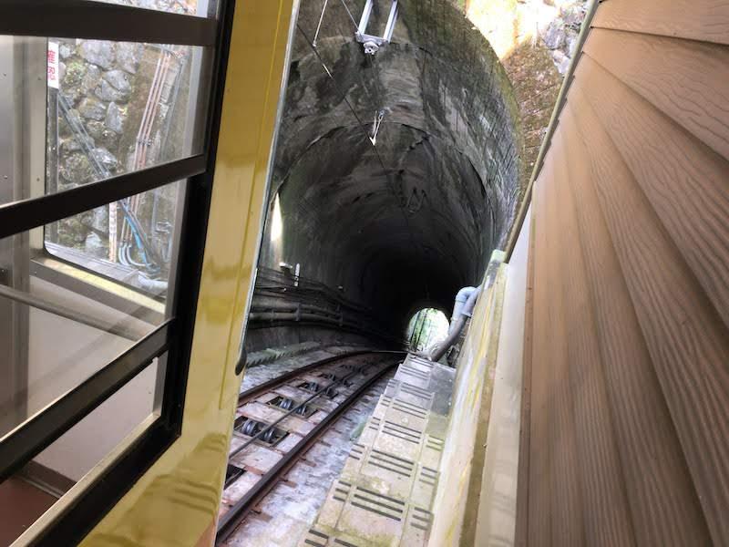 高尾山「1号路 登山」高尾山駅 急勾配のトンネル